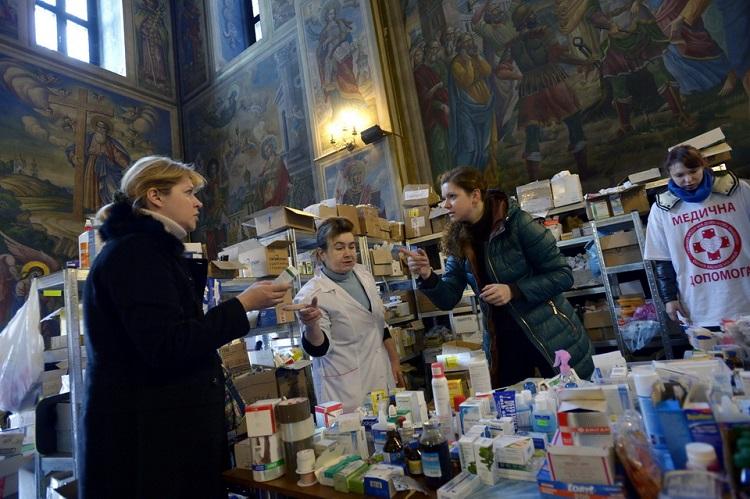 Kijev, 2014. február 21. Gyógyszereket szortíroznak Kijevben, a Szent Mihály-székesegyházban 2014. február 21-én, ahol segélyhelyet rendeztek be a kormányellenes tüntetőknek. MTI Fotó: Beliczay László
