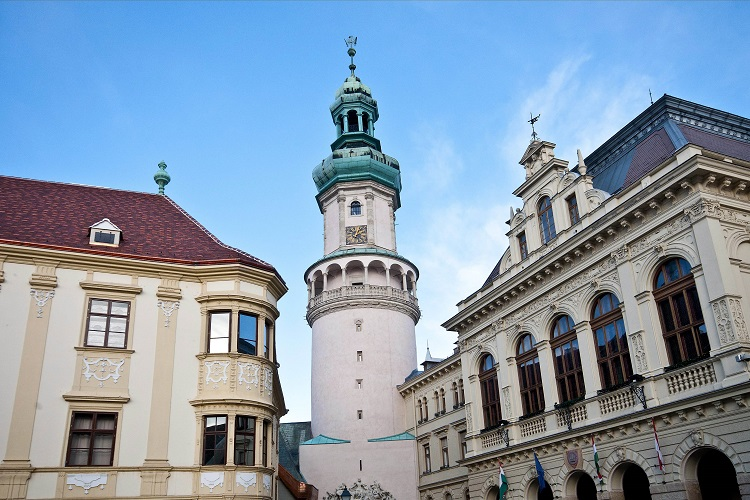 Sopron, 2012. december 5. A felújított soproni Tûztorony 2012. december 5-én. Lezárult a soproni Fõ tér környékének megújítása, így ismét át lehet sétálni a határszéli város jelképe alatt. Jobbról a Városháza épülete látható. MTI Fotó: Krizsán Csaba