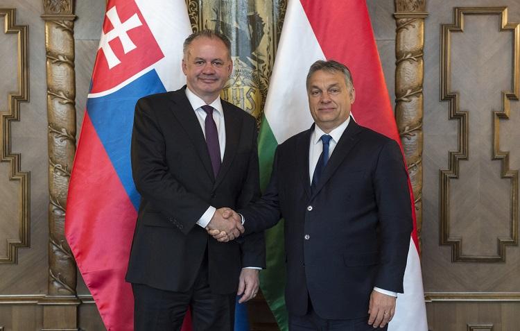 Budapest, 2016. december 5. A Miniszterelnöki Sajtóiroda által közreadott képen Orbán Viktor miniszterelnök (j) és Andrej Kiska szlovák államfõ találkozója az Országházban 2016. december 5-én. MTI Fotó: Miniszterelnöki Sajtóiroda/Árvai Károly