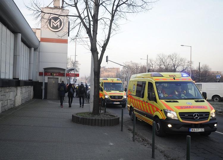 Mentõautók a 2-es metró a Pillangó utcai megállójánál, ahol összeütközött két szerelvény 2016. december 5-én. A balesetben tízen megsérültek. MTI Fotó: Mihádák Zoltán