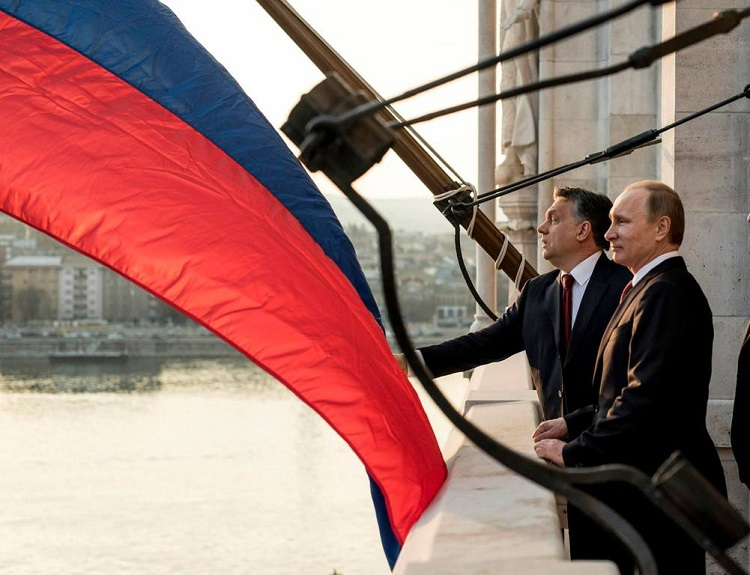 Hungarian PM Viktor Orbán and Russian President Vladimir Putin standing on the balcony of the Parliament building in Budapest in February 2015 (photo: MTI)