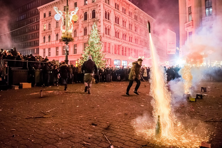 Budapest, 2017. január 1. Szilveszterezõk petárdáznak a belvárosi Vörösmarty téren 2017. január 1-jére virradó éjjel. MTI Fotó: Balogh Zoltán
