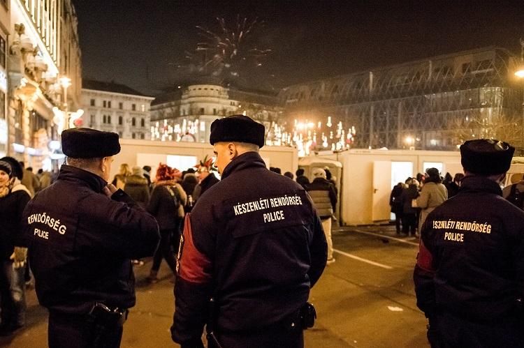 Budapest, 2017. január 1. Rendõrök a belvárosi Vörösmarty téren 2017. január 1-jére virradó éjjel. MTI Fotó: Balogh Zoltán