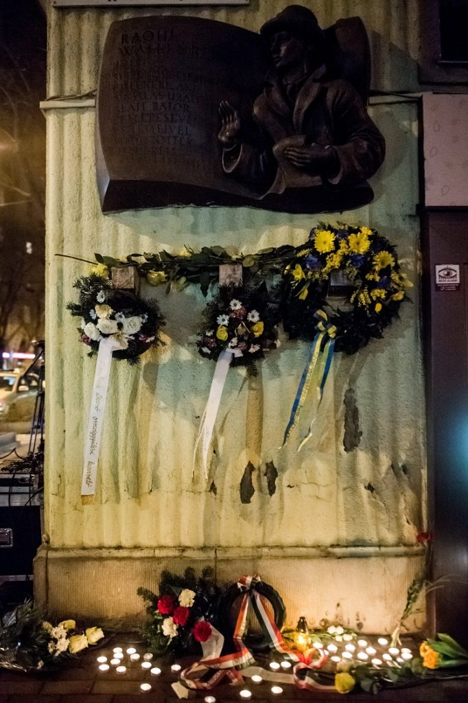 Budapest, 2017. január 17. Koszorúk és mécsesek a Wallenberg-emléktáblánál tartott budapesti megemlékezésen, a XIII. kerületi Pozsonyi út és a Raoul Wallenberg utca sarkán 2017. január 17-én. MTI Fotó: Balogh Zoltán