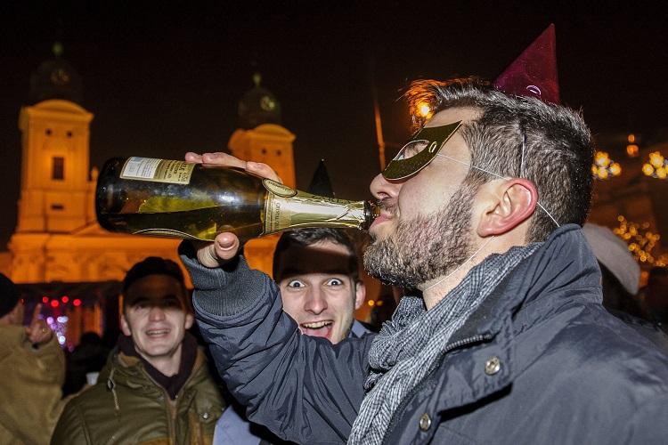Debrecen, 2017. január 1. Szilveszterezõk a debreceni Kossuth téren 2017. január 1-jére virradó éjjel. MTI Fotó: Czeglédi Zsolt