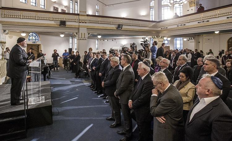 Budapest, 2017. január 27. Nógrádi Gergely kántor (b) imát mond a holokauszt áldozatainak nemzetközi emléknapja alkalmából tartott megemlékezésen a budapesti Holokauszt Emlékközpontban 2017. január 27-én. MTI Fotó: Szigetváry Zsolt