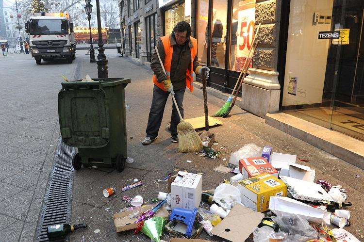 Budapest, 2017. január 1. A Fõvárosi Közterület-fenntartó Zrt. (FKF) dolgozói takarítanak a szilveszteri ünneplés után a belvárosi Váci utcában 2017. január 1-jén reggel. MTI Fotó: Czimbal Gyula