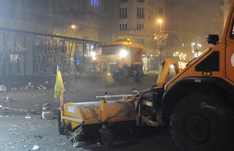 Budapest, 2017. január 1. A Fõvárosi Közterület-fenntartó Zrt. (FKF) munkagépei takarítanak a szilveszteri ünneplés után a belvárosi Vörösmarty téren 2017. január 1-jén reggel. MTI Fotó: Czimbal Gyula