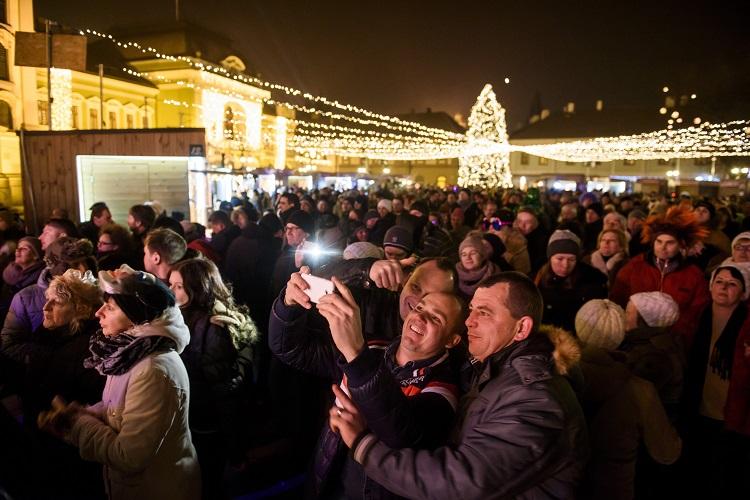 Eger, 2017. január 1. Szilveszterezõk az egri Dobó téren 2017. január 1-jére virrradó éjjel. MTI Fotó: Komka Péter