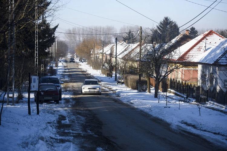 Tésa, 2017. január 8. Autók az úton Tésán 2017. január 8-án. A Pest megyei településen hajnalban mínusz 28,1 Celsius-fokig hûlt a levegõ, ezzel megdõlt az országos napi minimum hõmérsékleti rekord. A korábbi rekordot, mínusz 26,5 fokot 1985-ben ezen a napon a Nógrád megyei Romhányon mérték. MTI Fotó: Komka Péter