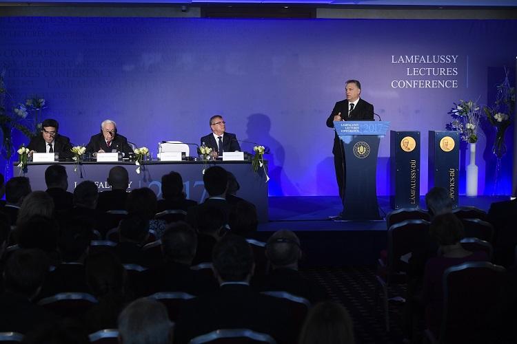Budapest, 2017. január 23. Orbán Viktor miniszterelnök beszédet mond a Lámfalussy-konferencián a budapesti Marriott hotelben 2017. január 23-án. Az asztalnál Matolcsy György, a Magyar Nemzeti Bank (MNB) elnöke (j), Jacques de Larosiére, a Nemzetközi Valutaalap (IMF) volt vezérigazgatója, a Banque de France egykori elnöke, az Európai Újjáépítési és Fejlesztési Bank (EBRD) korábbi vezérigazgatója (b2) és Tien Kuo-li, a Bank of China elnöke (b). MTI Fotó: Koszticsák Szilárd