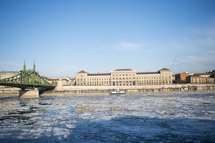 Budapest, 2017. január 8. Jégzajlás a Dunán Budapesten, a Szabadság hídnál 2017. január 8-án. MTI Fotó: Marjai János