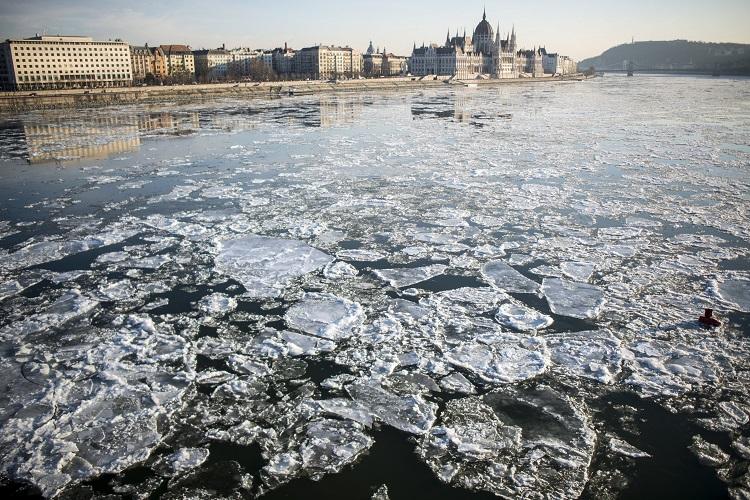 Budapest, 2017. január 8. Jégzajlás a Dunán a Margit hídnál Budapesten 2017. január 8-án. A háttérben a Parlament épülete. MTI Fotó: Marjai János