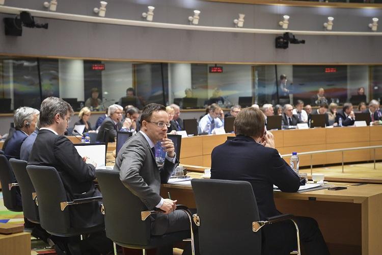 Brüsszel, 2017. január 16. A Külgazdasági és Külügyminisztérium (KKM) által közreadott képen Szijjártó Péter külgazdasági és külügyminiszter (j2) az Európai Unió Külügyek Tanácsa brüsszeli munkaülésén 2017. január 16-án. MTI Fotó: KKM