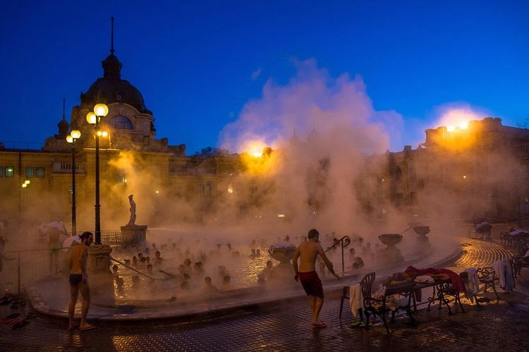 Budapest, 2017. január 7. Vendégek a Széchenyi gyógyfürdõben 2017. január 7-én. MTI Fotó: Kallos Bea