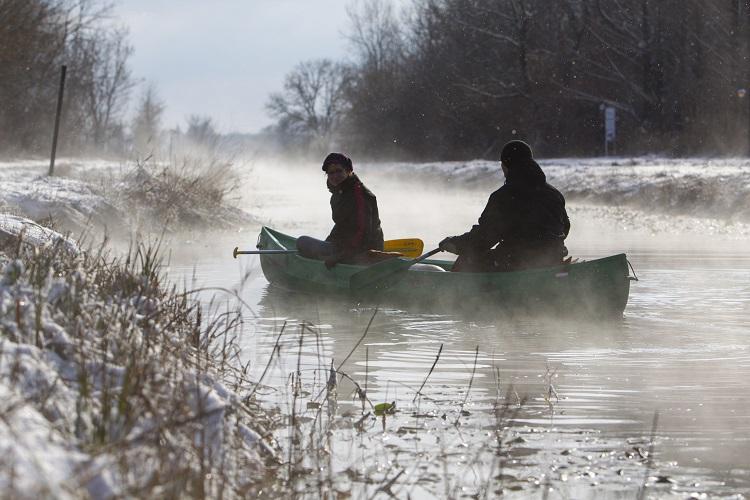 Hévíz, 2017. január 8. Kenusok a Hévízi-csatornán 2017. január 8-án. A 13 kilométer hosszú csatorna a Hévízi-tavat köti össze a Zala folyóval. Téli idõszakban a víz a tó közelében 18-20 Celsius-fokos. MTI Fotó: Varga György
