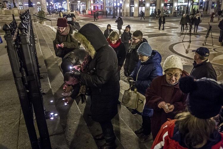 Budapest, 2017. január 30. Együttérzõk a veronai baleset áldozataira emlékeznek a Szent István-bazilika elõtt 2017. január 30-án. Az olasz rendõrség bejelentette, hogy befejezõdött a január 20-án éjjel Verona közelében egy magyar busszal történt baleset összes halálos áldozatának azonosítása a DNS-ük alapján. MTI Fotó: Szigetváry Zsolt