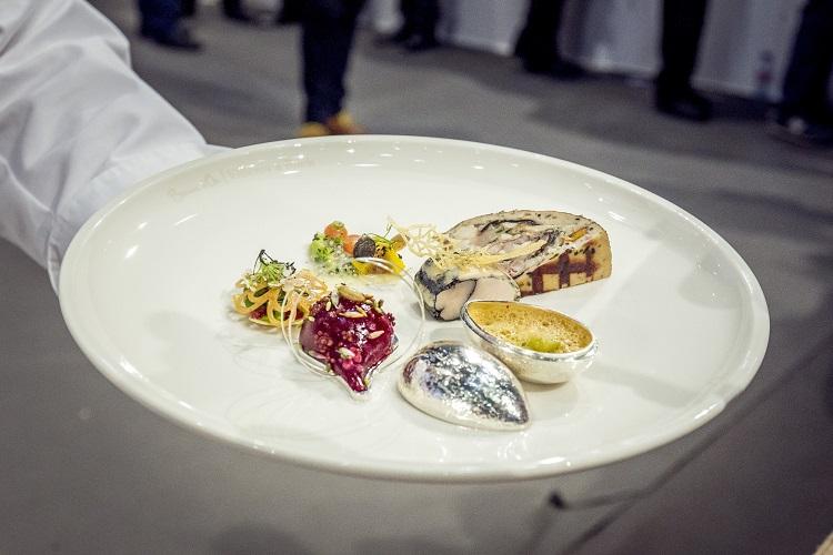 Lyon, 2017. január 24. A magyar csapat tányérja a Bocuse d'Or nemzetközi szakácsverseny lyoni világdöntõjén, a SIRHA nemzetközi vendéglátó-, szálloda- és élelmiszeripari kiállításon 2017. január 24-én. MTI Fotó: Szigetváry Zsolt