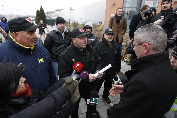 Budapest, 2017. január 28. Sirip József (k) készül átadni a Vona Gábornak címzett felszólítást, amelyben társaival a pártelnöktõl a gárdamellényét kérik vissza a Jobbik évadnyitó rendezvénye elõtt, a Sport11 rendezvényközpont közelében 2017. január 28-án. MTI Fotó: Szigetváry Zsolt