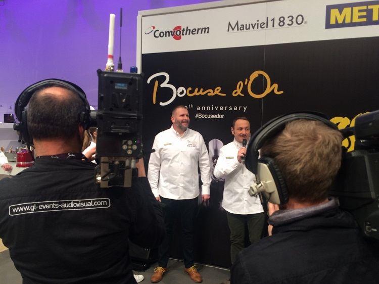 Hungarian food blogger András Jókuti (left), the first non-Frenchman to serve as an MC at the Bocuse d'Or Finale (Photo-Origo).