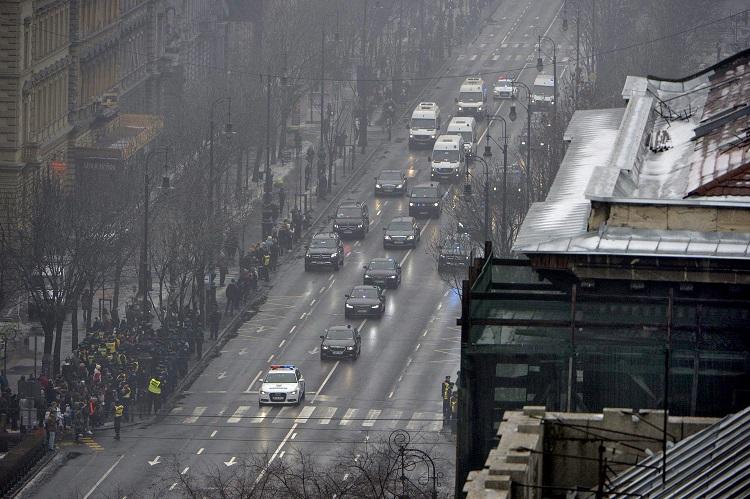 Budapest, 2017. február 2. Vlagyimir Putyin orosz elnök gépkocsikonvoja az Andrássy úton 2017. február 2-án. MTI Fotó: Balogh Zoltán