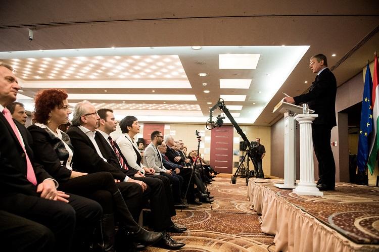 Budapest, 2017. február 4. Gyurcsány Ferenc, a Demokratikus Koalíció elnöke évértékelõ beszédét tartja a fõvárosi Hilton Budapest City szállodában 2017. február 4-én. Az elsõ sorban Varju László (b), Vadai Ágnes (b2) és Niedermüller Péter (b3), a Demokratikus Koalíció (DK) alelnökei, Molnár Csaba, a DK ügyvezetõ alelnöke (b4) és Dobrev Klára, Gyurcsány Ferenc felesége (b5). MTI Fotó: Balogh Zoltán