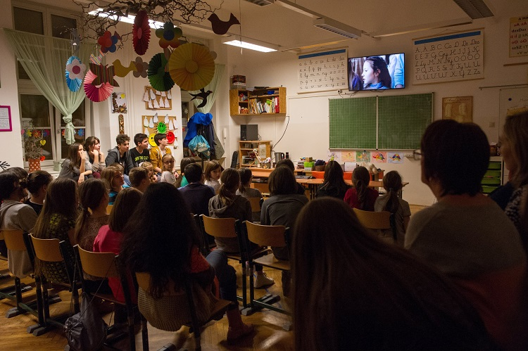 Budapest, 2017. február 27. A Bakáts Téri Ének-Zenei Általános Iskola énekkarának tagjai, az Oscar-díjas Mindenki címû kisfilm szereplõi a közremûködésükkel készült filmet nézik az iskolában 2017. február 26-án. A gyerekek az iskolában aludtak, hogy együtt nézhessék az Oscar-gálát. A film rendezõje Deák Kristóf, producere Udvardy Anna. MTI Fotó: Kallos Bea