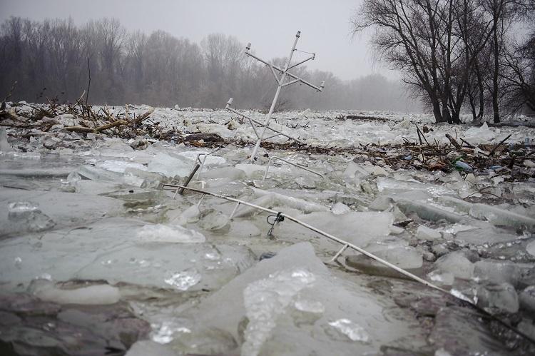 Tiszafüred, 2017. február 15. A jégzajlásban elsüllyedt hajó árbóca a Tiszafüredhez tartozó Tiszaörvénynél, a Kormorán-kikötõnél 2017. február 15-én. A jégtorlasz lassan halad lefelé a folyón, harmadfokú árvízvédelmi készültség van a Tisza bal partján Tiszafüred és Tiszakeszi között, valamint a Tisza-tó menti védvonalakon. MTI Fotó: Czeglédi Zsolt