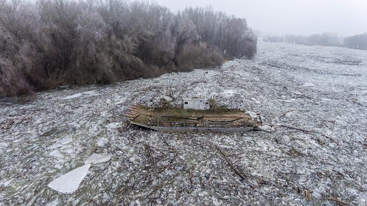Tiszafüred, 2017. február 15. A drónnal készült felvételen a jégzajlásban sodródó tiszacsegei komp a Tiszafüredhez tartozó Tiszaörvénynél 2017. február 15-én. A jégtorlasz lassan halad lefelé a folyón, harmadfokú árvízvédelmi készültség van a Tisza bal partján Tiszafüred és Tiszakeszi között, valamint a Tisza-tó menti védvonalakon. MTI Fotó: Ruzsa István