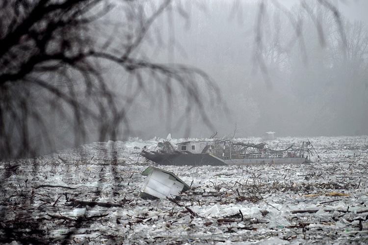 Tiszafüred, 2017. február 15. A jégzajlásban sodródó tiszacsegei komp és egy halászkunyhó a Tiszafüredhez tartozó Tiszaörvénynél 2017. február 15-én. A jégtorlasz lassan halad lefelé a folyón, harmadfokú árvízvédelmi készültség van a Tisza bal partján Tiszafüred és Tiszakeszi között, valamint a Tisza-tó menti védvonalakon. MTI Fotó: Czeglédi Zsolt