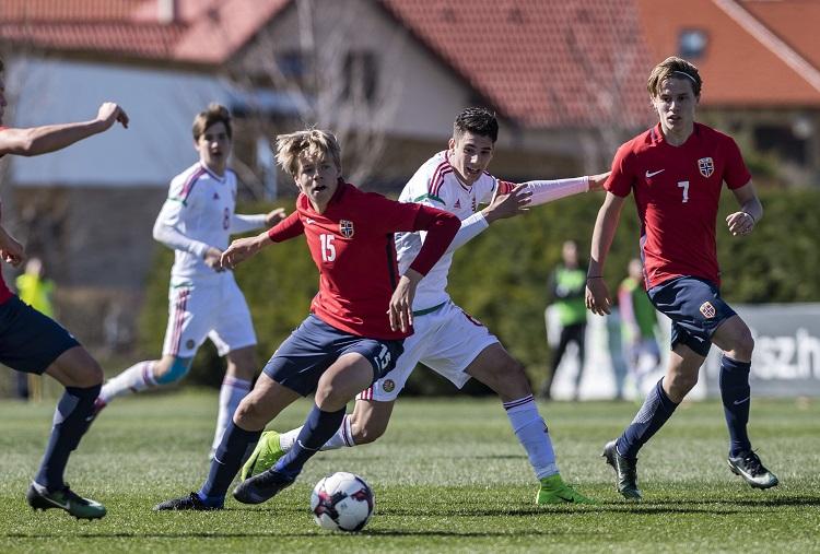 Telki, 2017. március 26. A norvég Jesper Daland (k), Halldor Stenevik (b) és Mikael Ugland (j), valamint Csonka András (b2) és Szoboszlai Dominik (j2) az U17-es labdarúgók Európa-bajnoki elitköre 2. csoportjának zárófordulójában, a Norvégia - Magyarország mérkõzésen a telki Globall Sport Stadionban 2017. március 26-án. A magyar válogatott 1-0-ra gyõzött, így csoportelsõként kijutott a horvátországi Európa-bajnokságra. MTI Fotó: Szigetváry Zsolt