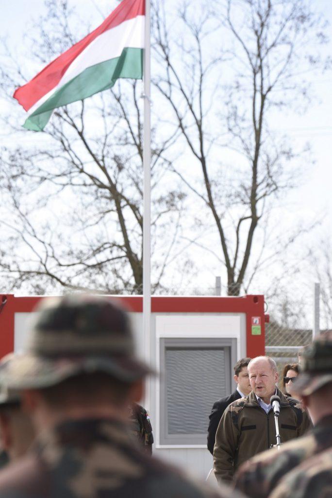 Hercegszántó, 2017. március 20. Simicskó István honvédelmi miniszter beszédet mond a hercegszántói határvédelmi bázis átadásán 2017. március 20-án. Elkészült a déli határ védelmében résztvevõ katonák elhelyezésére szolgáló négy - a kelebiai, bácsalmási, madarasi és a hercegszántói - határvédelmi bázis. MTI Fotó: Kelemen Zoltán Gergely