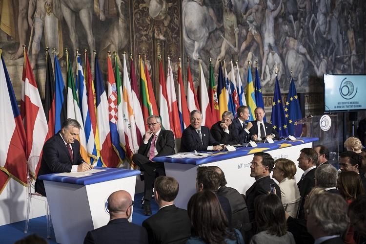 Róma, 2017. március 25. A Miniszterelnöki Sajtóiroda által közreadott képen Orbán Viktor miniszterelnök (b) aláírja a közös nyilatkozatot a Római Szerzõdés aláírásának 60. évfordulója alkalmából, az Európai Unió tagországainak állam-, illetve kormányfõi, valamint a központi uniós intézmények vezetõi részvételével rendezett csúcstalálkozón Rómában 2017. március 25-én. Mellette jobbra Jean-Claude Juncker, az Európai Bizottság elnöke, Antonio Tajani, az Európai Parlament elnöke, Paolo Gentiloni olasz kormányfõ Donald Tusk, az Európai Tanács elnöke és Joseph Muscat, Málta miniszterelnöke (b-j). Az Európai Unió elõdjét, az Európai Gazdasági Közösséget, a Közös Piacot létrehozó dokumentumot 1957. március 25-én írta alá az olasz fõvárosban a hat alapító tagállam, Olaszország, Németország, Franciaország, Hollandia, Belgium és Luxemburg. MTI Fotó: Miniszterelnöki Sajtóiroda / Szecsõdi Balázs