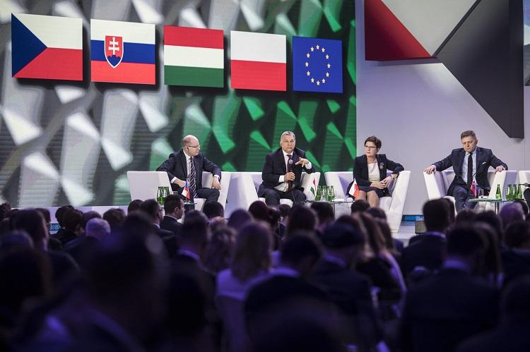 Varsó, 2017. március 28. A Miniszterelnöki Sajtóiroda által közreadott képen Orbán Viktor miniszterelnök (b2) beszél, mellette balra Bohuslav Sobotka cseh, jobbra Beata Szydlo lengyel és Robert Fico szlovák miniszterelnök a Közép-Kelet-Európai Fejlesztõk Kongresszusán Varsóban 2017. március 28-án. A visegrádi csoport (V4) miniszterelnökei ezen a napon tartottak megbeszélést a lengyel fõvárosban. MTI Fotó: Miniszterelnöki Sajtóiroda / Szecsõdi Balázs
