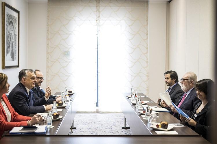 Valletta, 2017. március 29. A Miniszterelnöki Sajtóiroda által közreadott képen Orbán Viktor miniszterelnök (b2) és Pedro Agramunt, az Európa Tanács parlamenti közgyûlésének elnöke megbeszélést folytat az Európai Néppárt máltai kongresszusa elõtt Vallettában 2017. március 29-én. A magyar kormányfõ mellett balra Németh Zsolt, az Országgyûlés külügyi bizottságának fideszes elnöke. MTI Fotó: Miniszterelnöki Sajtóiroda / Szecsõdi Balázs