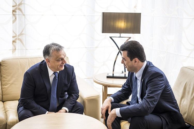 Valletta, 2017. március 29. A Miniszterelnöki Sajtóiroda által közreadott képen Orbán Viktor miniszterelnök (b) és Lulzim Basha, az Albán Demokrata Párt elnöke megbeszélést folytat az Európai Néppárt máltai kongresszusa elõtt Vallettában 2017. március 29-én. MTI Fotó: Miniszterelnöki Sajtóiroda / Szecsõdi Balázs