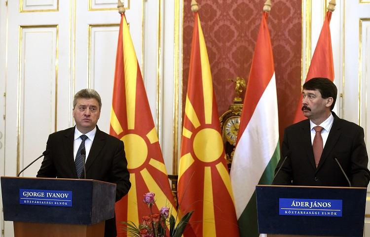 Budapest, 2017. március 20. Gjorge Ivanov macedón köztársasági elnök (b) és Áder János államfõ sajtótájékoztatót tart a Sándor-palotában 2017. március 20-án. MTI Fotó: Bruzák Noémi