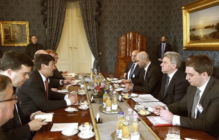 Hungarian President János Áder (L) in talks with his Macedonian counterpart Gjorge Ivanov (R) (photo: Noémi Bruzák - MTI)