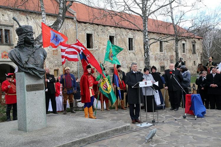 Borsi, 2017. március 26. Kövér László, az Országgyûlés elnöke beszédet mond a II. Rákóczi Ferenc születésének 341. évfordulója alkalmából rendezett ünnepségen a fejedelem szülõfalujában, a szlovákiai Borsiban, a felújításra váró Rákóczi-kastély elõtt 2017. március 26-án. Az Országgyûlés 2015. március 17-én II. Rákóczi Ferenc emléknapjává nyilvánította március 27-ét, Erdély és Magyarország fejedelmének, a Rákóczi-szabadságharc vezetõjének születésnapját. MTI Fotó: Vajda János