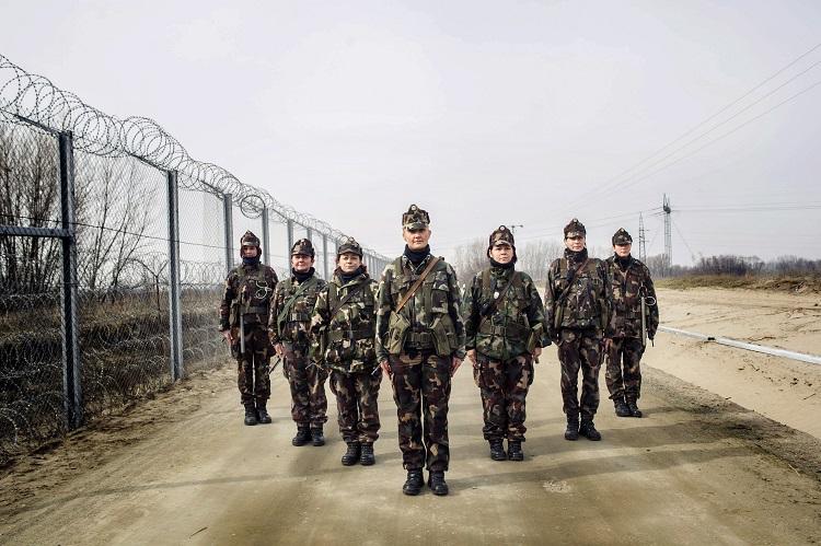 Röszke, 2017. március 7. Katonanõk az ideiglenes biztonsági határzár mellett Röszke határában 2017. február 27-én. 1911-ben ünnepelték meg elõször a nemzetközi nõnapot, amelynek idõpontja 1913 óta március 8. A nõk jogai és a nemzetközi béke napját 1977-ben tette hivatalos ünneppé az ENSZ-közgyûlés. MTI Fotó: Kallos Bea