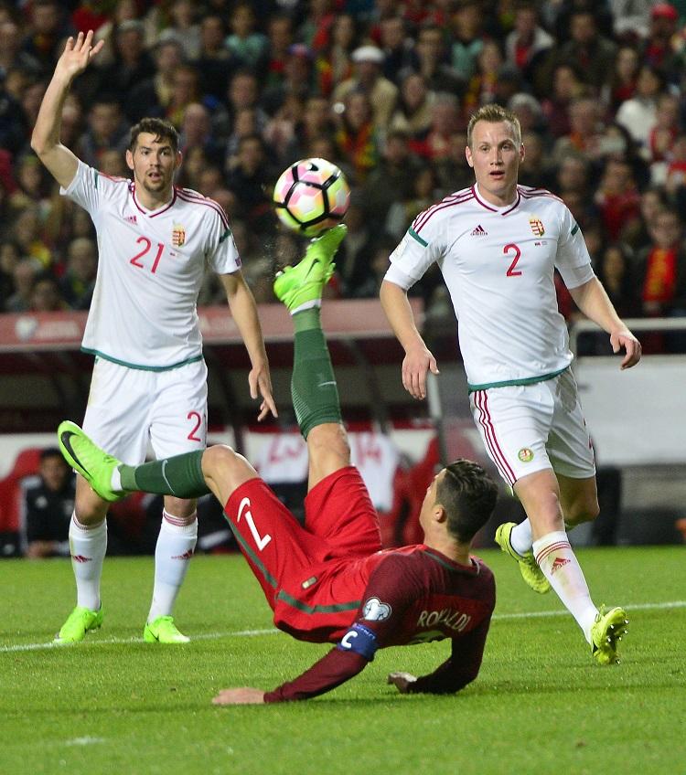 Lisszabon, 2017. március 25. A portugál Cristiano Ronaldo (k), valamint Bese Barnabás (b) és Lang Ádám a Portugália - Magyarország labdarúgó világbajnoki selejtezõmérkõzésen a lisszaboni Luz Stadionban 2017. március 25-én. MTI Fotó: Illyés Tibor