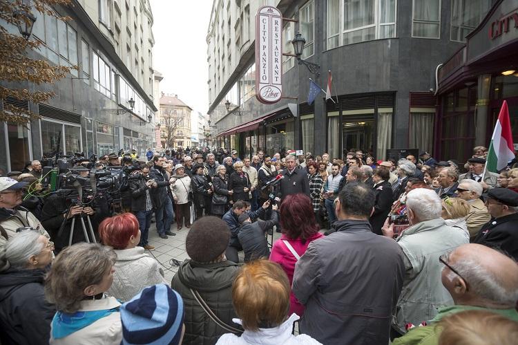 Budapest, 2017. március 15. Gyurcsány Ferenc, a Demokratikus Koalíció (DK) elnöke (k) beszédet mond pártja rendezvényén, amelyet az 1848-49-es forradalom és szabadságharc 169. évfordulója alkalmából tartottak a Pilvax közben 2017. március 15-én. MTI Fotó: Mohai Balázs