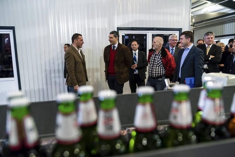 Csíkszentsimon, 2017. március 24. Lázár János Miniszterelnökséget vezetõ miniszter (b2), Lénárd András, a Csíki Sör Manufaktúrát üzemeltetõ Lixid Project Kft. vezetõje (b), Simonffy Árpád sörfõzõ mester (b4) és Borboly Csaba, a Hargita megyei önkormányzat elnöke (b5) az Igazi Csíki Sört gyártó csíkszentsimoni sörfõzdében 2017. március 24-én. Az Igazi Csíki Sör betiltásáról hozott január végi ítélet óta a sörfõzde Igazi Tiltott Sör néven gyártja a sört. MTI Fotó: Veres Nándor