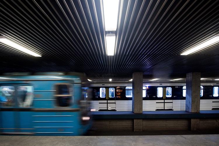 Budapest, 2017. március 20. Az M3-as vonalon közlekedõ elsõ felújított metrószerelvény (hátul) Budapesten, a Határ úti megállóban 2017. március 20-án. Az elsõ új szerelvény nem sokkal fél 2 után indul utasokkal Kõbánya-Kispestrõl. MTI Fotó: Balogh Zoltán