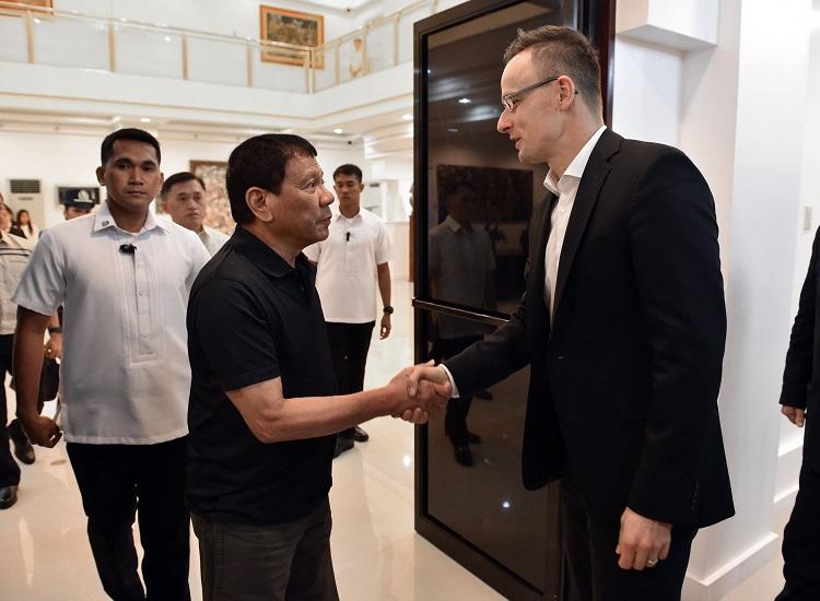 Davao, 2017. március 27. A Külgazdasági és Külügyminisztérium (KKM) által közreadott képen Rodrigo Duterte Fülöp-szigeteki államfõ (k) és Szijjártó Péter külgazdasági és külügyminiszter (j) találkozója Davaóban 2017. március 27-én. MTI Fotó: KKM