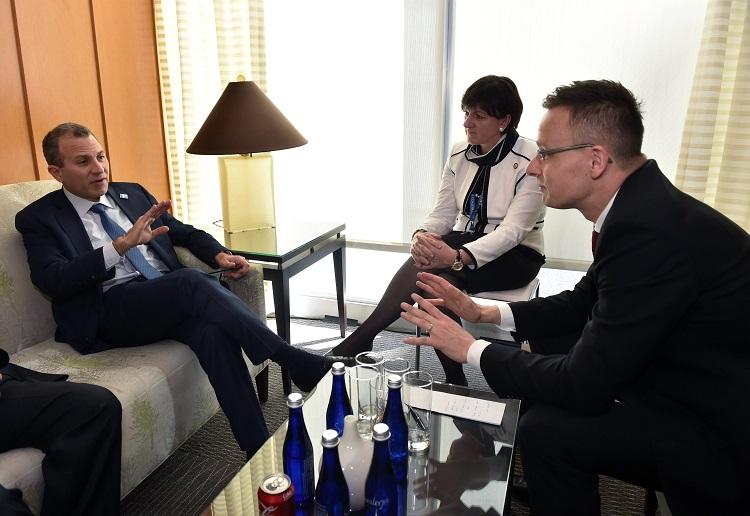 Washington, 2017. március 22. A Külgazdasági és Külügyminisztérium (KKM) által közreadott képen Szijjártó Péter külgazdasági és külügyminiszter (j) és Gibran Bászil libanoni külügyminiszter az Iszlám Állam elleni küzdelem céljából életre hívott nemzetközi koalíció washingtoni konferenciáján 2017. március 22-én. MTI Fotó: KKM