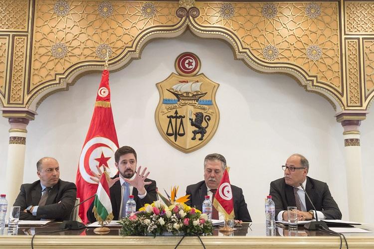 Tunisz, 2017. március 27. A Külgazdasági és Külügyminisztérium (KKM) által közreadott képen Magyar Levente, a Külgazdasági- és Külügyminisztérium gazdaságdiplomáciáért felelõs államtitkára elõadást tart A külpolitikai és gazdaságdiplomáciai célkitûzések harmonizációja - a magyar tapasztalat címmel a tunéziai külügyminisztérium meghívottjainak Tuniszban 2017. március 27-én. MTI Fotó: Kovács Márton