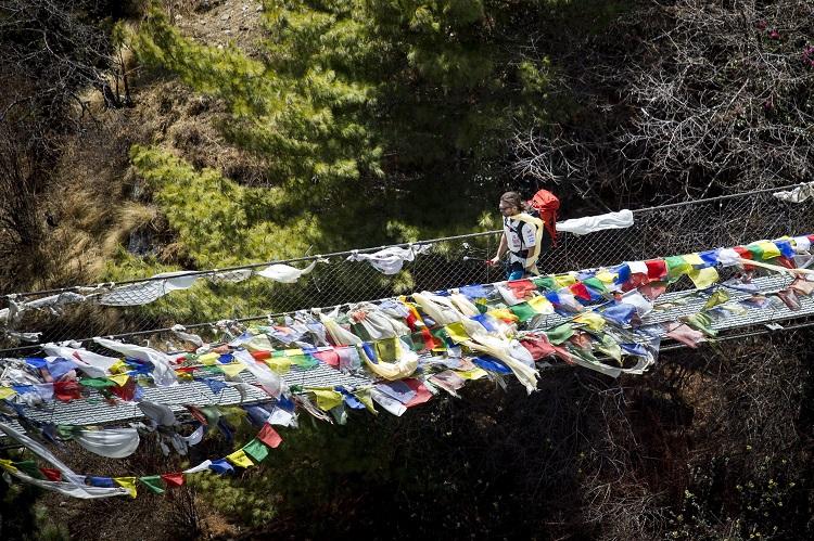 Namche Bazaar, 2017. április 4. Klein Dávid hegymászó, a Magyar Everest Expedíció 2017 tagja egy függõhídon megy át útban az Everest alaptábor felé, a nepáli Namche Bazaar közelében 2017. április 1-jén. Az expedíció célja a Föld legmagasabb csúcsa, a 8848 méter magas Mount Everest (Csomolungma) elérése oxigénpalack nélkül, elsõként a magyar expedíciós hegymászás történetében. MTI Fotó: Mohai Balázs