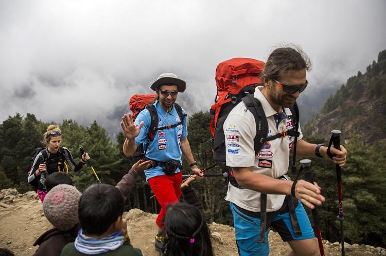 Namche Bazaar, 2017. április 4. Klein Dávid (elöl) és Suhajda Szilárd hegymászók, valamint Török Edina, az alaptábor vezetõje, a Magyar Everest Expedíció 2017 tagjai útban az Everest alaptábor felé a nepáli Namche Bazaarban 2017. április 1-jén. Az expedíció célja a Föld legmagasabb csúcsa, a 8848 méter magas Mount Everest (Csomolungma) elérése oxigénpalack nélkül, elsõként a magyar expedíciós hegymászás történetében. MTI Fotó: Mohai Balázs
