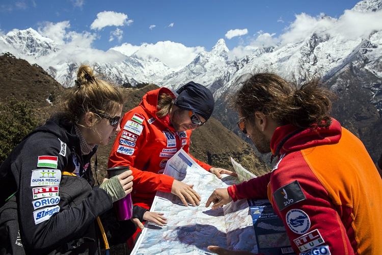 Namche Bazaar, 2017. április 4. Klein Dávid (j) és Suhajda Szilárd hegymászók, valamint Török Edina, az alaptábor vezetõje, a Magyar Everest Expedíció 2017 tagjai egy térképet néznek útban az Everest alaptábor felé a nepáli Namche Bazaar közelében 2017. április 1-jén. Az expedíció célja a Föld legmagasabb csúcsa, a 8848 méter magas Mount Everest (Csomolungma) elérése oxigénpalack nélkül, elsõként a magyar expedíciós hegymászás történetében. MTI Fotó: Mohai Balázs